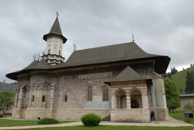 das Kloster ist berühmt für die Außenwandmalereien
