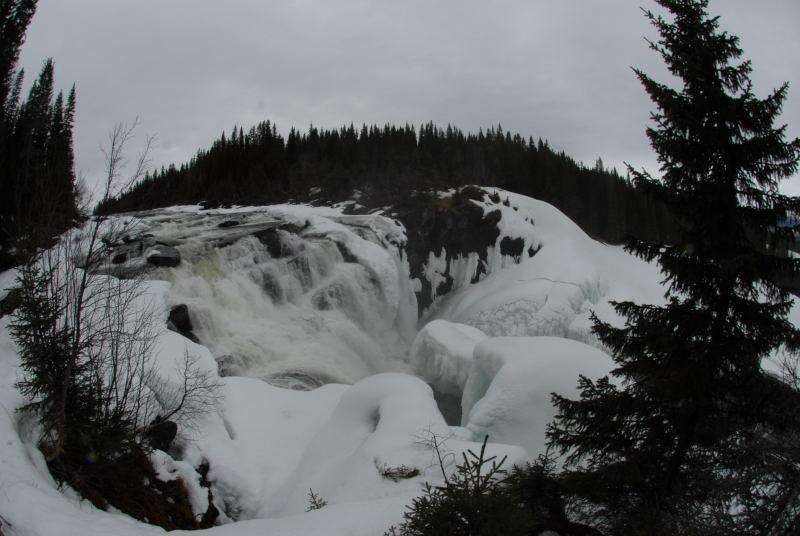 am Tännforsen Wasserfall in Schweden