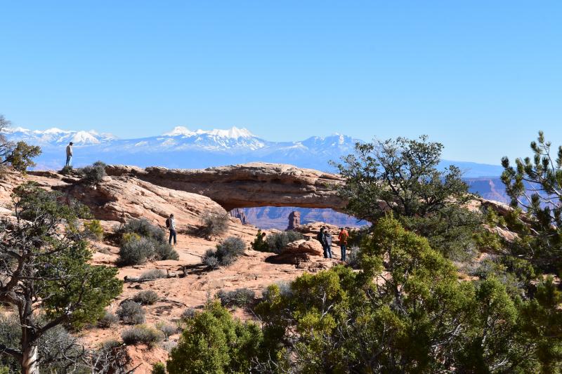 wir laufen zum Mesa Arch