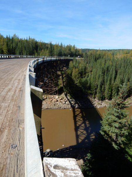 Holzbrücke mit Kurve